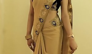 Sexy GIRL SAREE WEARING and Showing her NAVEL and BACK